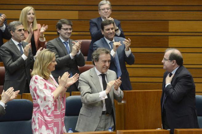 El Presidente de la Junta de Castilla y León recibe los aplausos de...