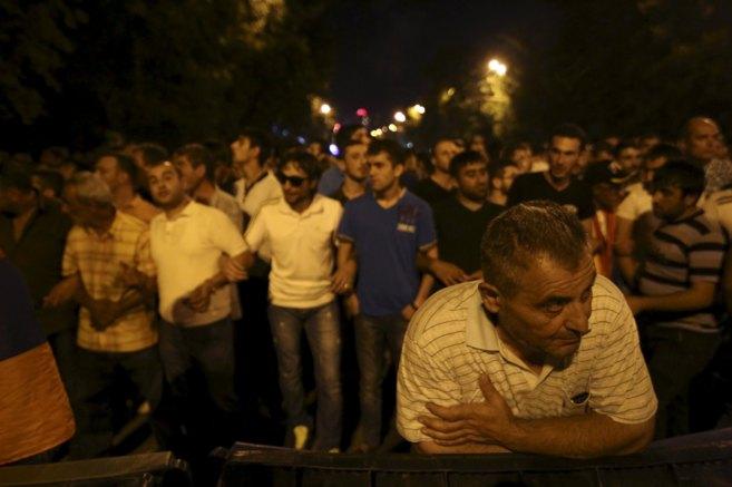 Manifestantes protestan en las calles de Ereván,  Armenia contra el...
