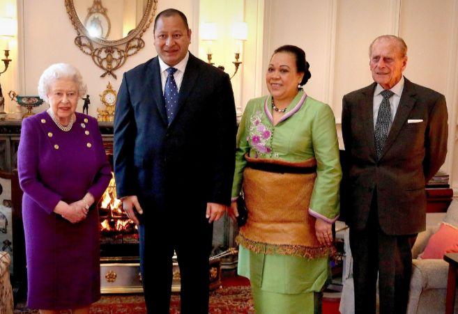 El rey Tupou V y su mujer, la reina, junto a la reina Isabel II