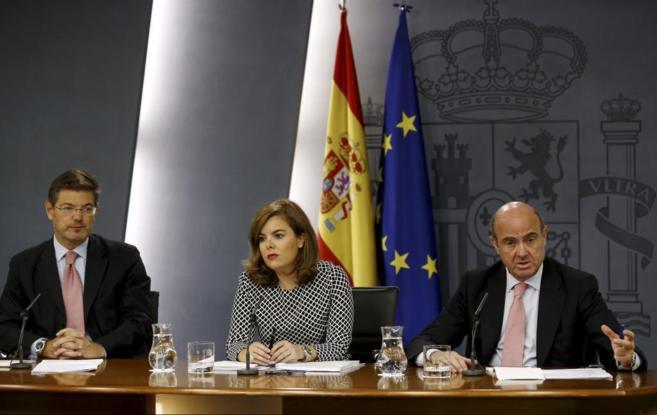 Los ministros de Justicia, Rafael Catalá, (iz),y Economía, Luis de...