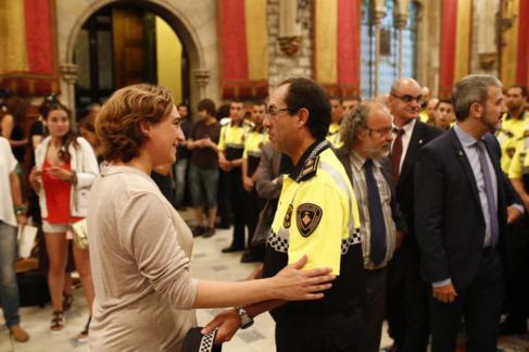 Colau conversa con el jefe de la Guardia Urbana, Evelio Váquez.