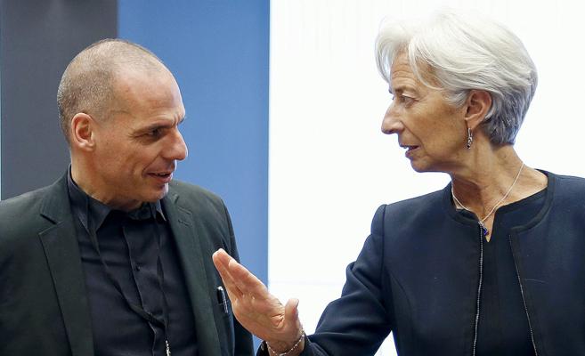 El ministro de Finanzas griego, Y. Varufakis, conversa con la...