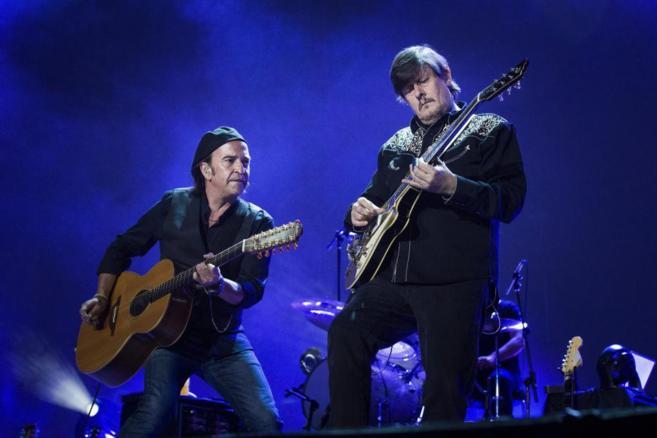 Álvaro Urquijo y Ramón Arroyo, durante el concierto de Los Secretos...