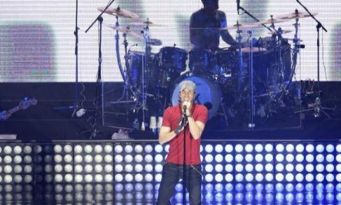 El cantante español durante su presentación hoy, viernes 3 de julio...