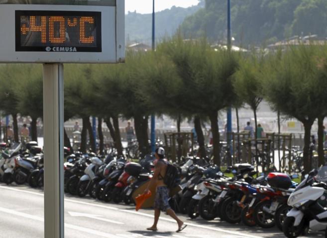 Un termómetro marca 40 grados en el paseo de la Zurriola de San...