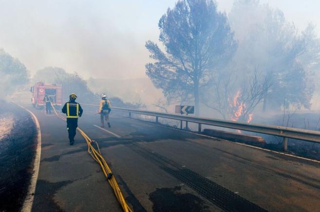 Tres bomberos en pleno trabajo de extinción durante la tarde de ayer.
