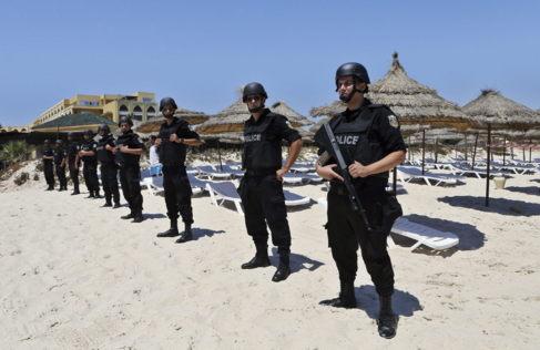 La policía vigila las playas del hotel imperial Marhaba en el popular...