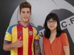 El nuevo futbolista del Valencia, junto a la presidenta Lay Hoon.