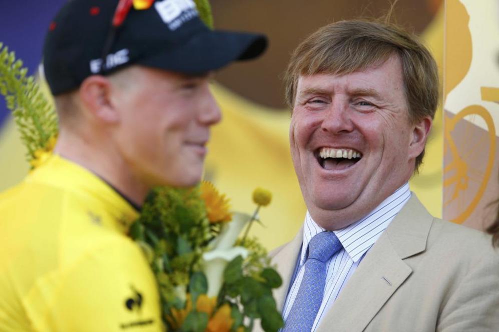 El Rey de Holanda, Guillermo Alejandro, sonríe con el ganador de la...