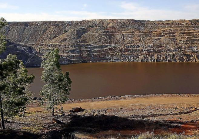 Vista de la corta abandonada de la mina de Aznalcóllar, cuya...