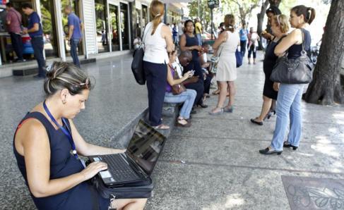 Una mujer navega en su portátil en una zona habilitada con wifi de La...