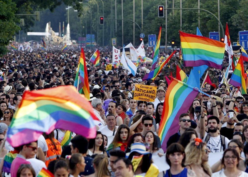Miles de personas participan en la marcha del Orgullo Gay en Madrid.