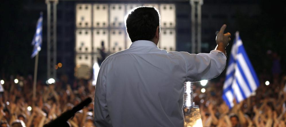 El primer ministro griego, Alexis Tsipras, se dirige a sus seguidores...
