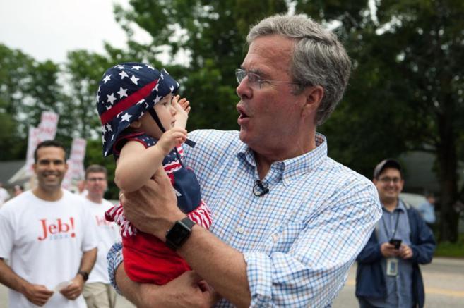 El candidato republicano, Jeb Bush, sostiene a un bebé durante un...