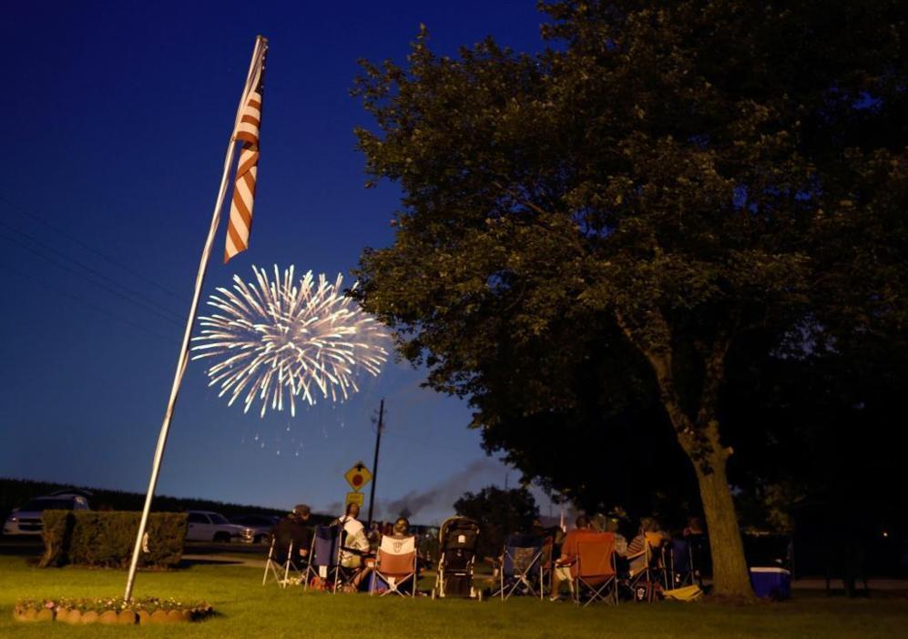 Tradicionales fuegos de artificio nocturnos para concluir la velada,...