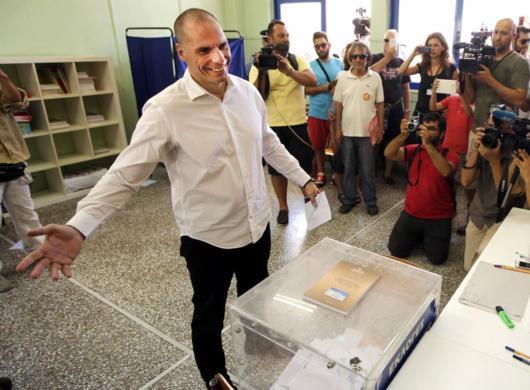 Varufakis deposita su papeleta en un colegio electoral en Atenas.