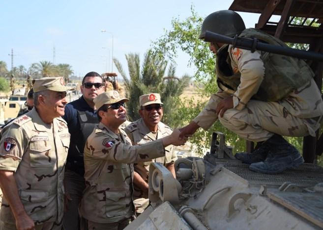 Abdelfatah al Sisi, ayer en el Sinaí, saludando a miembros del...