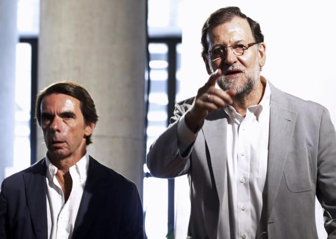 Mariano Rajoy junto al presidente de honor del PP y presidente de...