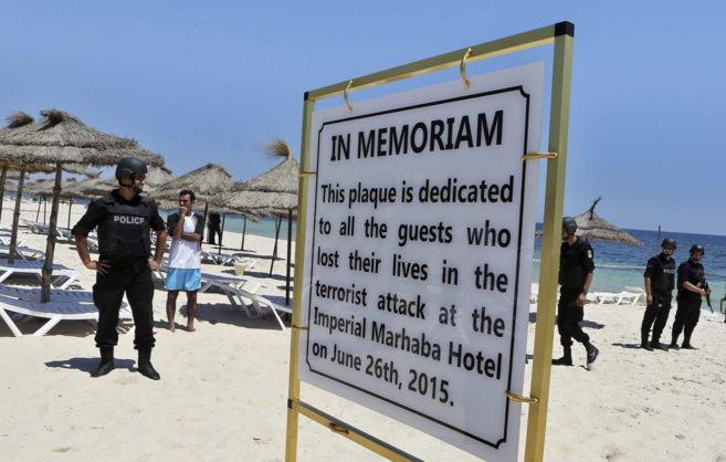 La policía vigila las playas en Susa, donde hay un cartel en homenaje...