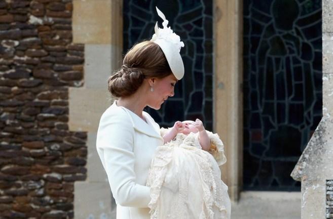 La Duquesa de Cambridge sostiene a su hija en brazos, la princesa...