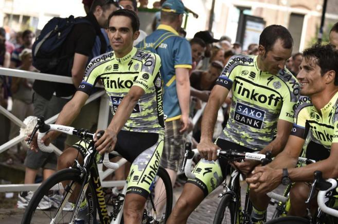 Alberto Contador junto a varios compañeros de equipo