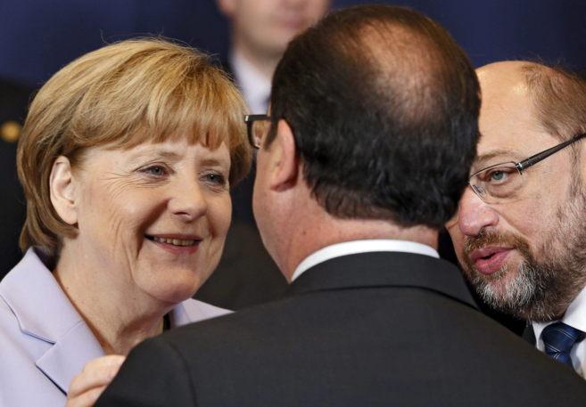 El presidente francés, François Hollande, conversa con la canciller...