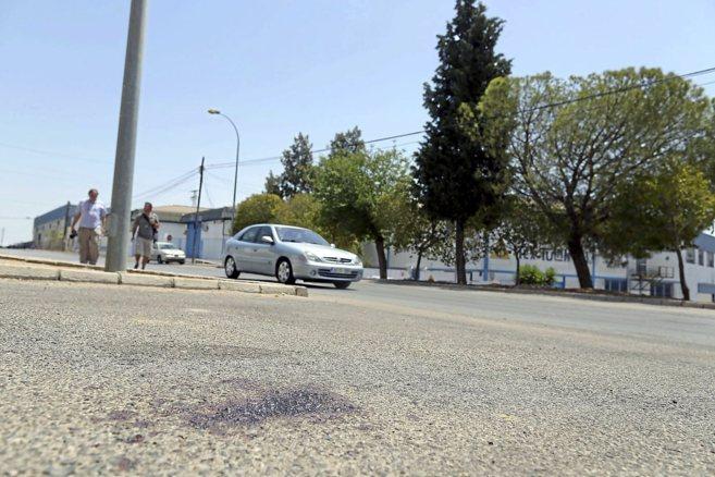 Restos de sangre en la avenida de la Trocha, en el término de Mairena...