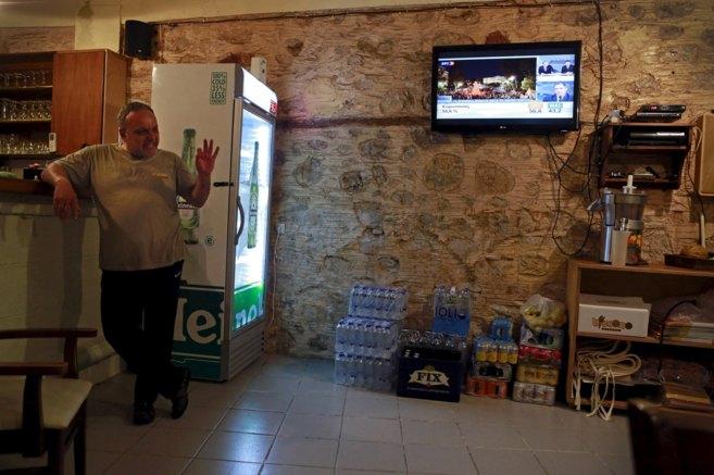 Un hombre, en un bar de Kastellorizo, la isla griega más oriental,...