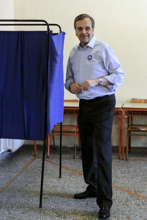 Antonis Samaras prepara su papeleta para votar.