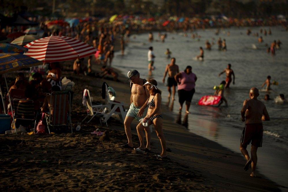 Personas disfrutando de la playa de Sacaba en Málaga este fin de...