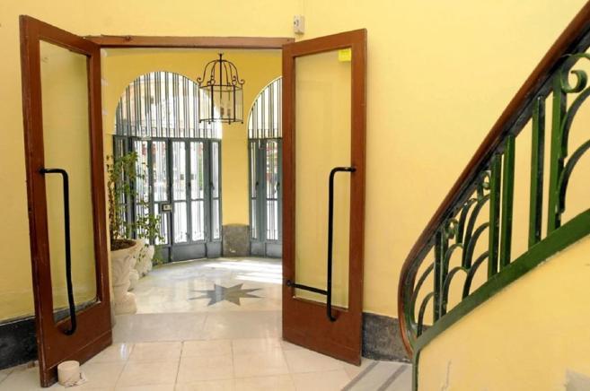 Puerta de entrada a un edificio de viviendas en Málaga.