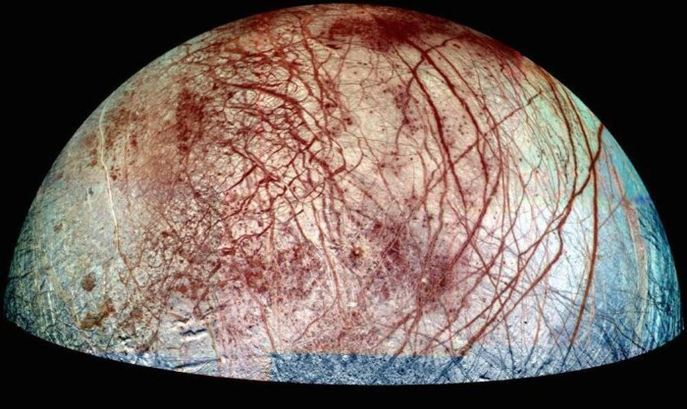 Las cicatrices entrecruzadas que marcan la superficie helada de la...