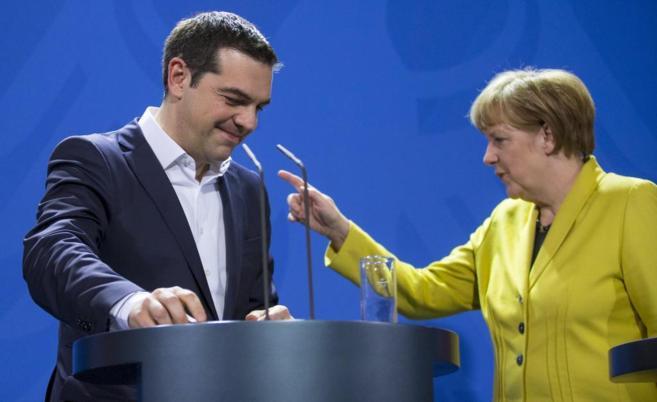 El primer ministro griego, Alexis Tsipras, y la canciller alemana...