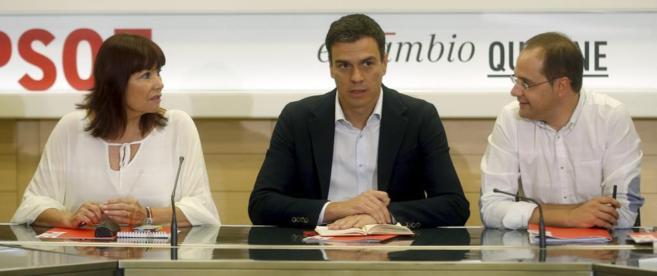 Pedro Sánchez, con Micaela Navarro y César Luena.