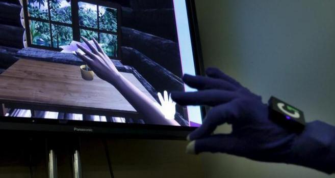 Glove One arrancando hojas de una planta, un ejercicio utilizado...