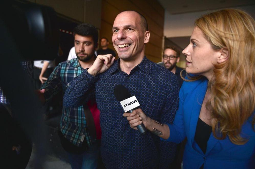 Yanis Varoufakis responde a los periodistas a su salida del ministerio...