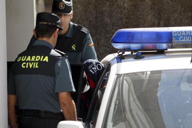 El detenido por el doble crimen de Arbo, al llegar a dependencias...