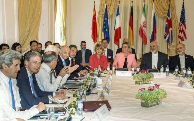 Los ministros de exteriores del grupo P5+1 y su contraparte iraní...