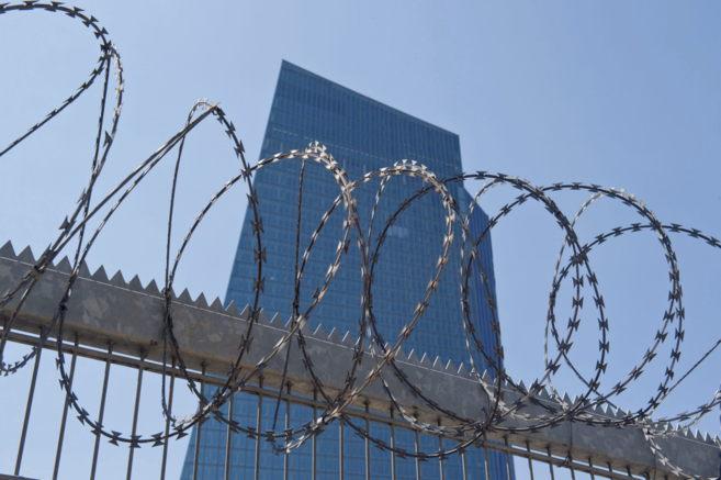 Alambre de espino junto a la sede del Banco Central Europeo en...