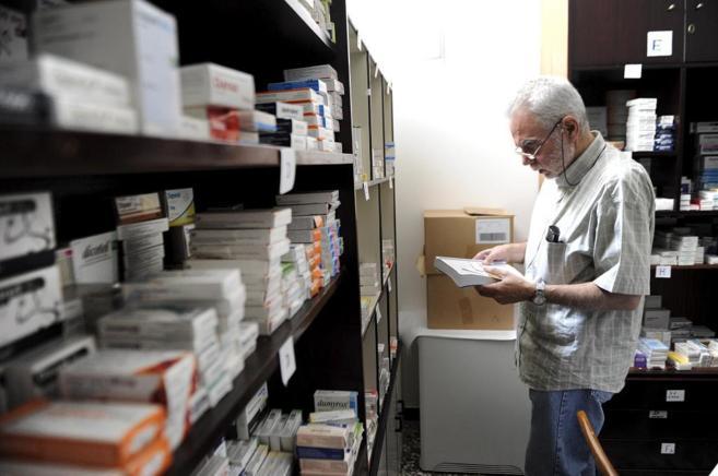 Dimitris Souliotis, en la farmacia social que montó y coordina en...