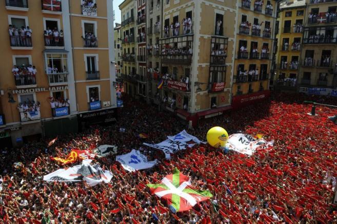 Imagen del chupinazo de ayer en Pamplona, con una 'ikurriña' en la...