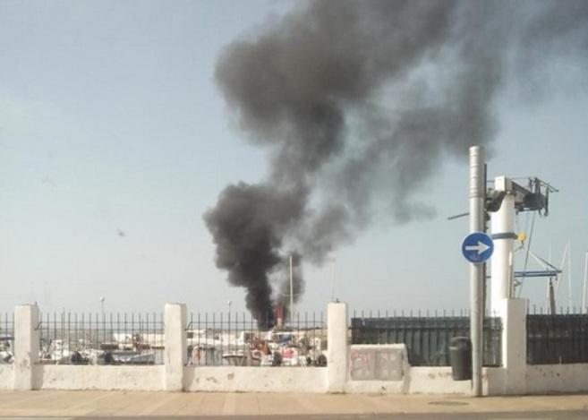 El fuego provocó una gran columna de humo negro que podía verse...