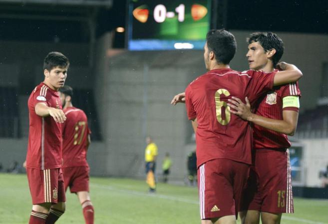 Los jugadores de la selección española celebran uno de los tres...