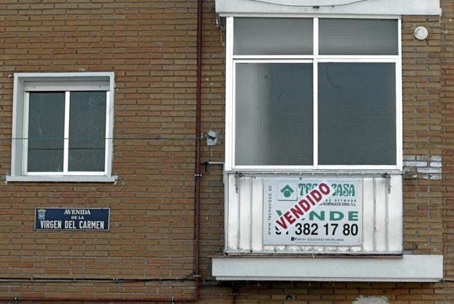 Imagen de archivo de un piso de segunda mano con el cartel de...