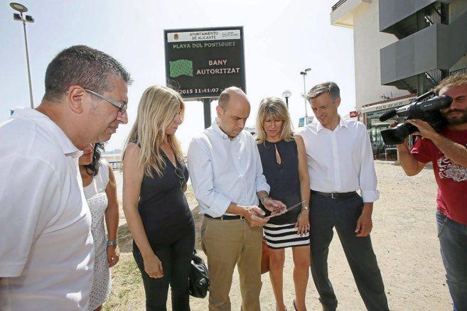 Echávarri prueba la 'app' junto a representantes de Aguas...
