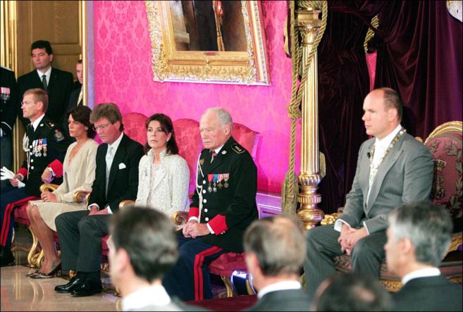 El entonces príncipe Alberto, junto a las princesas Estefanía y...