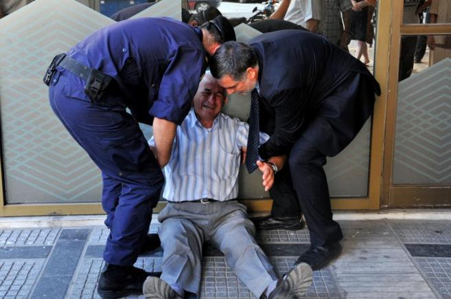 Giorgos Chatzifotiadis a las puertas de un banco griego