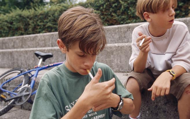 Dos jóvenes estadounidenses fumando en la calle