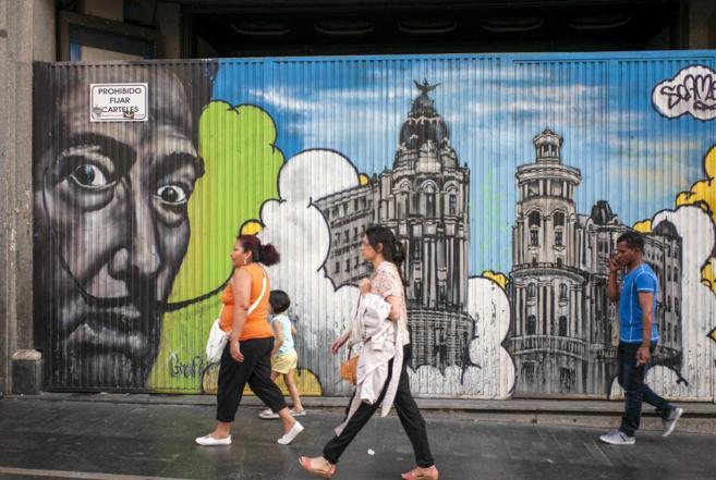 Personas caminando por Madrid.