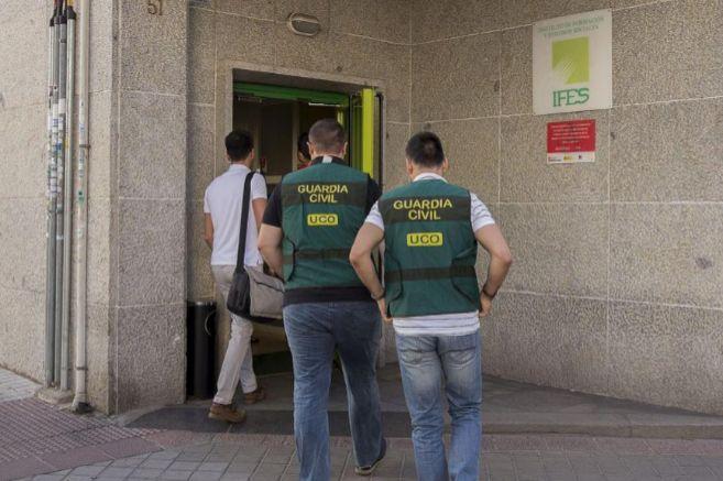 Agentes de la Guardia Civil entran en el edificio del Instituto de...